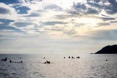 Gente en el mar con el cielo azul y la luz del sol Imagenes de archivo