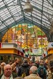 Gente en el mercado central imagenes de archivo