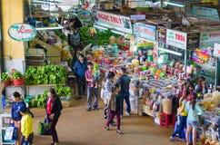 Gente en el mercado de Dalat, Vietnam Imagen de archivo