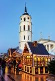 Gente en el mercado de la Navidad del recuerdo del pan de jengibre en Vilna Foto de archivo