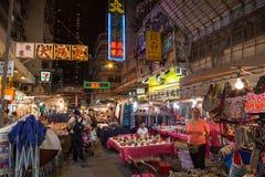 Gente en el mercado de la noche de la calle del templo en Hong Kong en la noche Fotografía de archivo