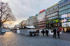 Gente en el mercado famoso de la Navidad del advenimiento en Wenceslao squar Foto de archivo libre de regalías