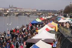 Gente en el mercado popular de los granjeros en el riverbank de Naplavka en Praga fotografía de archivo libre de regalías