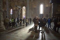 Gente en el monasterio de Jeronimos Imagen de archivo libre de regalías