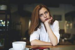 Gente en el ocio del gasto del trabajo en cafetería Imagen de archivo