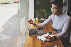 Gente en el ordenador del trabajo y conexión inalámbrica libre a Internet en café Fotografía de archivo libre de regalías