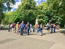 Gente en el parque de Kelvingrove en Glasgow fotografía de archivo libre de regalías