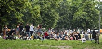 Gente en el parque de Monbijou en Berlín, Alemania Imagen de archivo libre de regalías