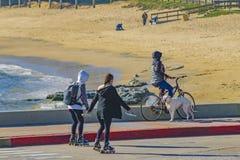 Gente en el paseo marítimo, Punta del Este, Uruguay Fotografía de archivo libre de regalías