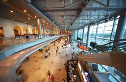 Gente en el pasillo del aeropuerto Domodedovo Imagen de archivo libre de regalías