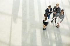 Gente en el pasillo en el edificio de oficinas Foto de archivo libre de regalías