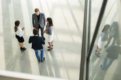 Gente en el pasillo en el edificio de oficinas Fotografía de archivo