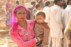 Gente en el pueblo abandonado en Rajasthán la India Imagen de archivo