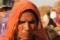 Gente en el pueblo abandonado en Rajasthán la India Imagen de archivo libre de regalías