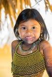 Gente en el PUEBLO de EMBERA, PANAMÁ Imagen de archivo libre de regalías