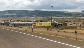 Gente en el pueblo de Kenia fotos de archivo