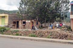 Gente en el pueblo de Kenia imagenes de archivo