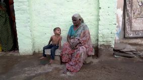 Gente en el pueblo indio almacen de metraje de vídeo
