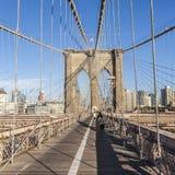 Gente en el puente de Brooklyn en Nueva York Fotos de archivo libres de regalías