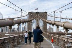 Gente en el puente de Brooklyn en Nueva York fotografía de archivo libre de regalías