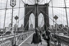 Gente en el puente de Brooklyn en Nueva York imagenes de archivo