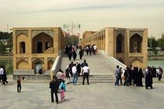 Gente en el puente de Khaju en Isfahán, Irán foto de archivo