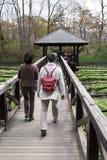 Gente en el puente de madera Foto de archivo