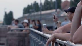 Gente en el puente de Oberbaum en Berlin In Summer