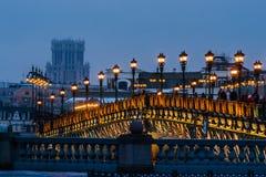 Gente en el puente del patriarca por la tarde del invierno Imagen de archivo