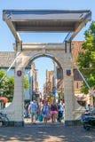 Gente en el puente levadizo en Alkmaar, Países Bajos imagen de archivo libre de regalías