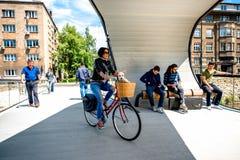 Gente en el puente moderno en Sarajevo Imagenes de archivo