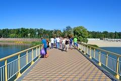 Gente en el puente peatonal en el centro turístico ucraniano Myrhorod, Ucrania de la salud, foto de archivo
