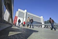 Gente en el puente peatonal en el área comercial de Xidan, Pekín, China Foto de archivo libre de regalías
