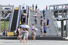 Gente en el puente peatonal en el área comercial de Xidan, Pekín, China Imagen de archivo libre de regalías