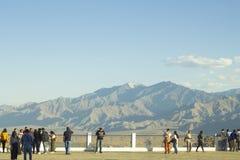 Gente en el punto de visión de un valle de la montaña foto de archivo libre de regalías