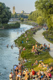 Gente en el río de Isar, Munich, Alemania Imagen de archivo