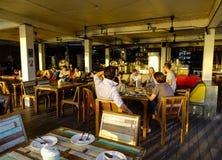 Gente en el restaurante local en Bangkok, Tailandia imagen de archivo