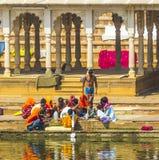 Gente en el rituell que se lava en el lago santo en Pushkar, la India Imágenes de archivo libres de regalías