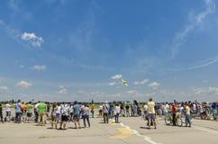Gente en el salón aeronáutico fotografía de archivo libre de regalías