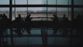 Gente en el salón del aeropuerto metrajes