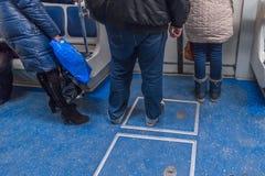 Gente en el subterráneo en St Petersburg Imagenes de archivo