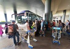 Gente en el término de autobuses de Kuala Lumpur International Airport 2 fotografía de archivo libre de regalías