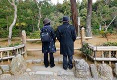 Gente en el templo de Kinkaku en Kyoto, Japón Imagen de archivo libre de regalías