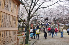 Gente en el templo de Kyoto imagenes de archivo