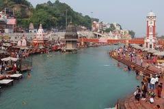 Gente en el terraplén del río de Ganga, Har Ki Pauri Fotografía de archivo