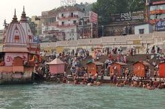 Gente en el terraplén del río de Ganga, Har Ki Pauri Imagen de archivo
