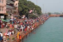 Gente en el terraplén del río de Ganga, Har Ki Pauri Foto de archivo