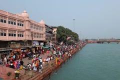 Gente en el terraplén del río de Ganga, Har Ki Pauri Imágenes de archivo libres de regalías