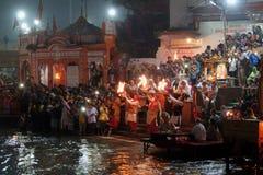 Gente en el terraplén del río de Ganga, Har Ki Pauri Har Ki Pauri es un ghat famoso en los bancos del Ganges en Haridwar Fotos de archivo