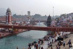 Gente en el terraplén del río de Ganga, Har Ki Pauri Har Ki Pauri es un ghat famoso en los bancos del Ganges en Haridwar Imagen de archivo